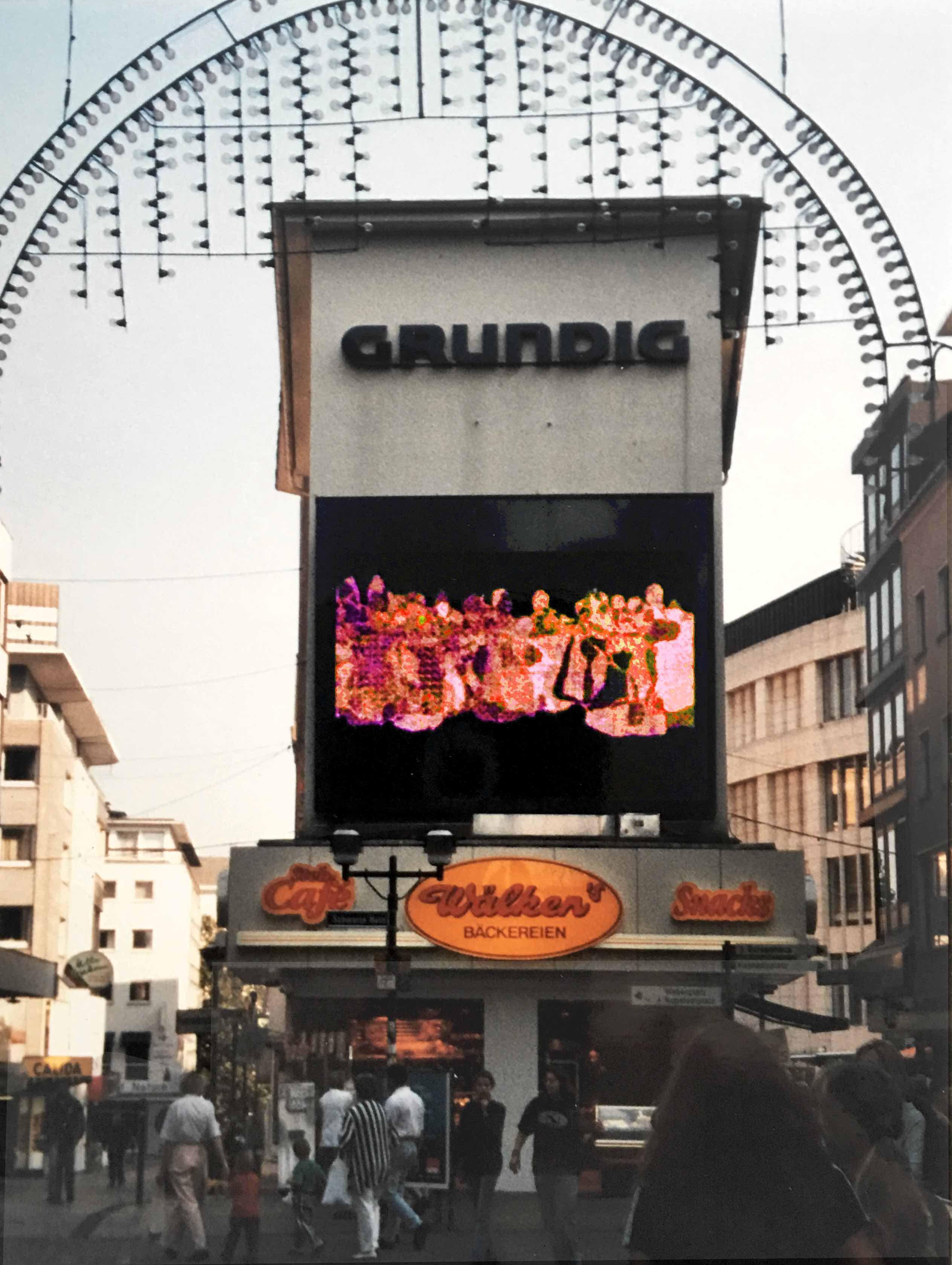 tanzende, led-screen, fußgängerzone essen 1998